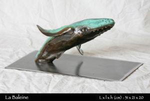 statue d'une baleine en bronze replongeant dans l'eau