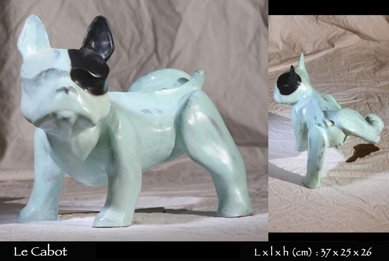 statue en bronze d'un chien bouledogue français entrain d'uriner avec une flaque en bronze