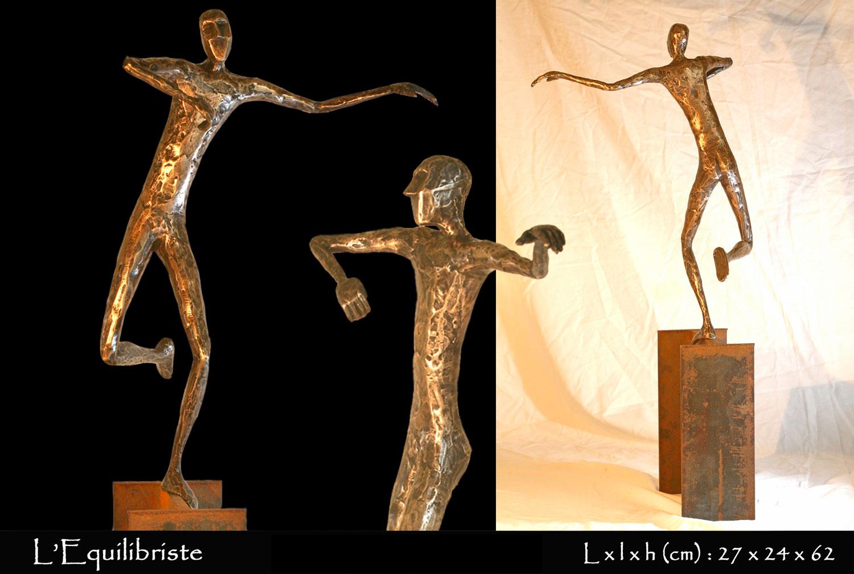 Personnage en bronze en équilibre sur une poutrelle d'acier
