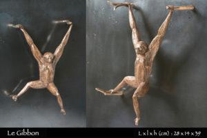 statue en bronze d'un singe gibbon agrippé à des branches