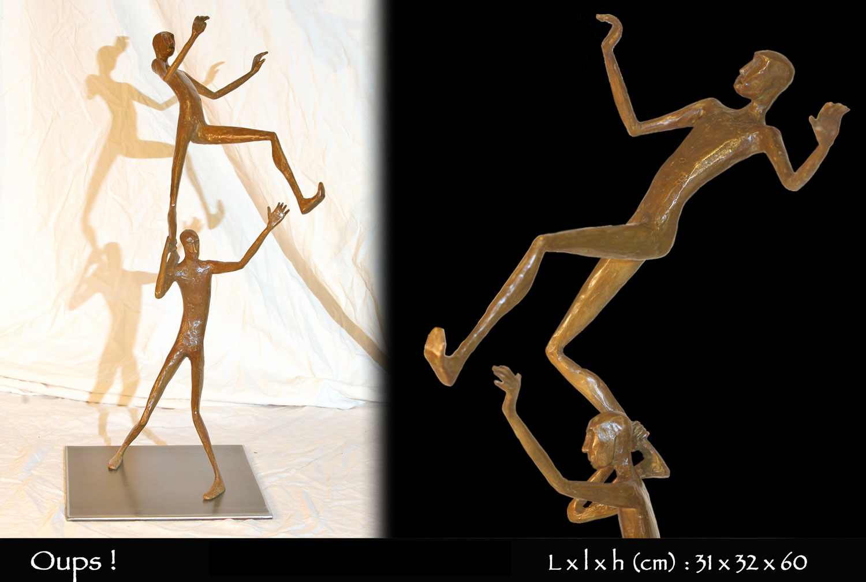 Personnages en bronze en équilibre sur les épaules