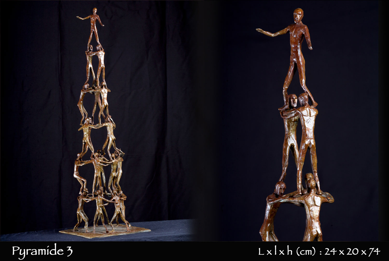 Pyramide humaine en bronze, castels
