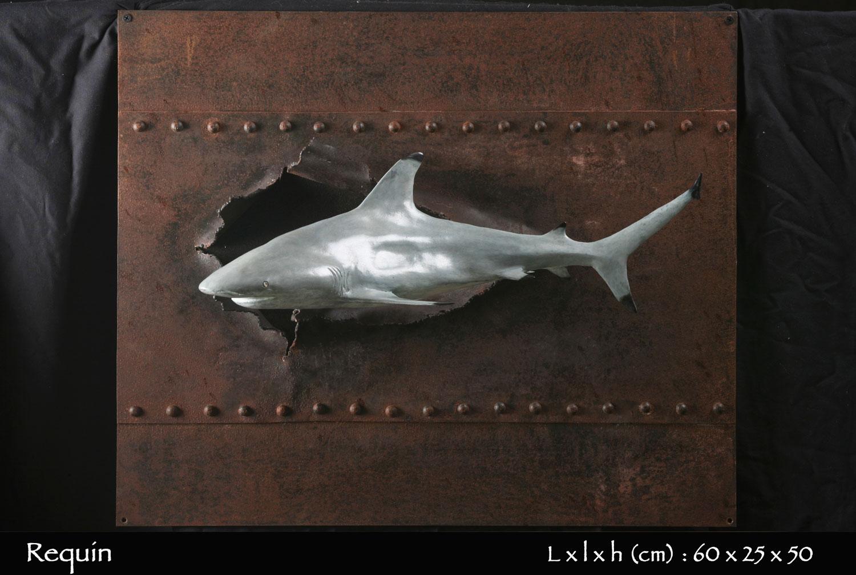statue requin en bronze nageant au ras d'une coque de bateau eventrée