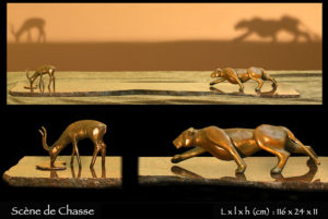 statue en bronze d'une lionne chassant une gazelle dans la savane