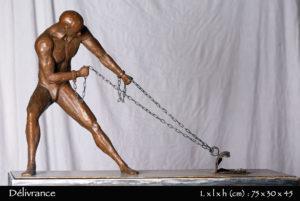 Homme en bronze tirant ses chaines pour s'évader