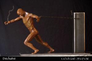 Homme en bronze se libérant de ses chaînes