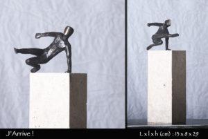 personnage en bronze sautant d'un pierre