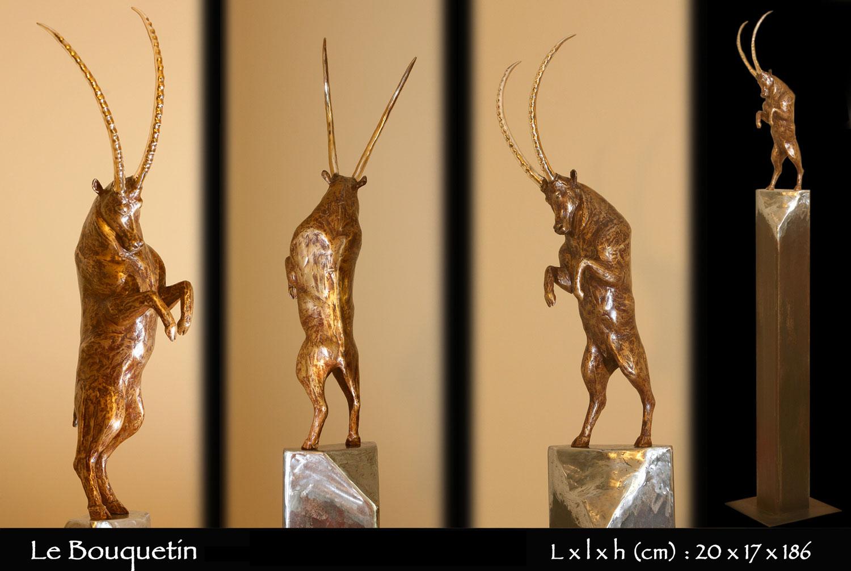 statue en bronze d'un bouquetin dressé sur ses pattes arrière en haut de la montagne