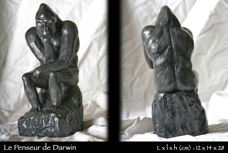 statue en bronze d'un gorille singeant la position du penseur de rodin