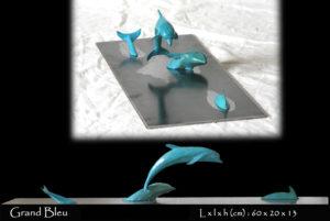 statue en bronze d'un groupe de dauphin dans l'eau