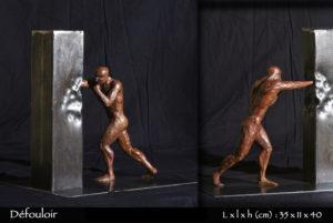 boxeur tapant sur un poteau en métal