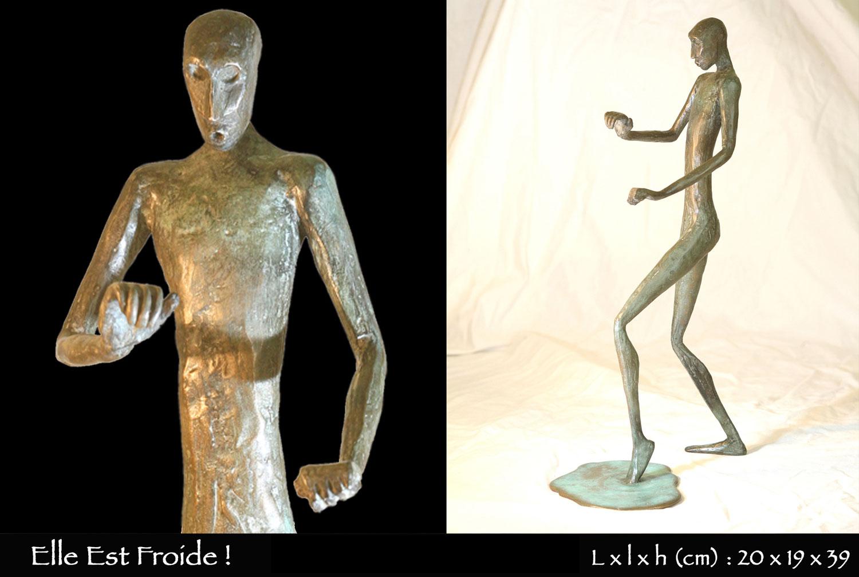 Personnages en bronze mettant son pied dans une flaque d'eau froide