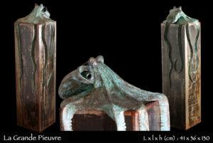 statue en bronze d'une grande pieuvre enchassant un bloc en fer