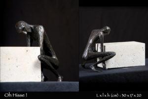 Personnage en bronze essayant de soulever une pierre