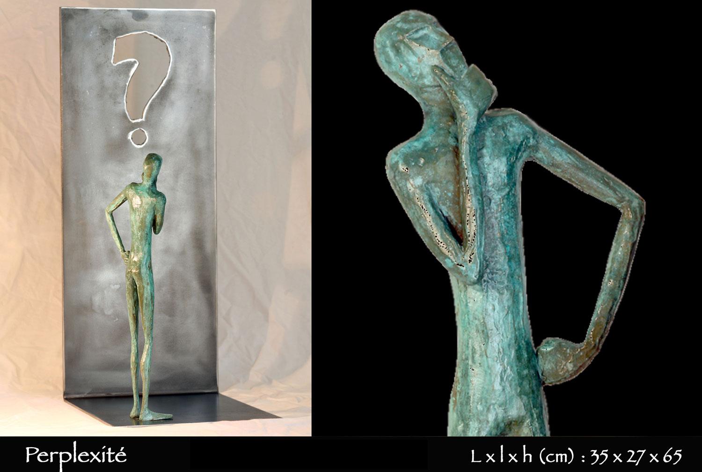 Personnage en bronze perplexe devant un point d'interrogation