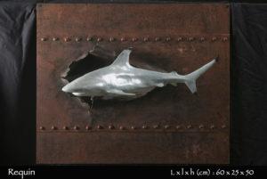 statue requin pointe noire en bronze nageant au ras d'une coque de bateau eventrée