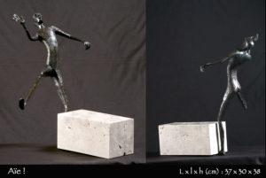 Personnage en bronze dont le pied est écrasé par une pierre.