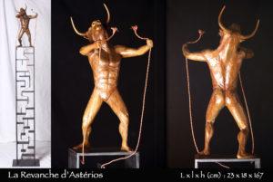Minotaure en bronze brisant le fil d'ariane sur son socle en labyrinthe