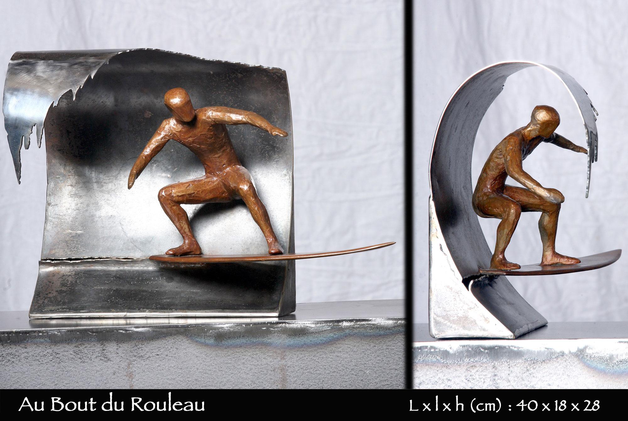 Surfeur en bronze surfant sur une vague en acier