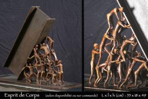 Personnages en bronze formant une pyramide pour soutenir un IPN