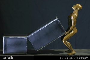homme en bronze déchirant un tube en acier